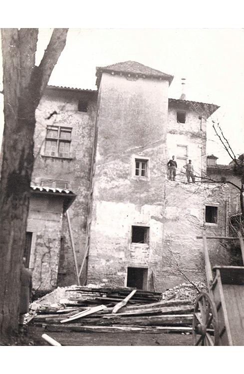 <p>La démolition de l'immeuble parasite à droite de la tour.</p>