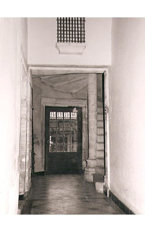 <p>Le hall d'entrée avec le départ de l'escalier qui mène aux étages.</p>