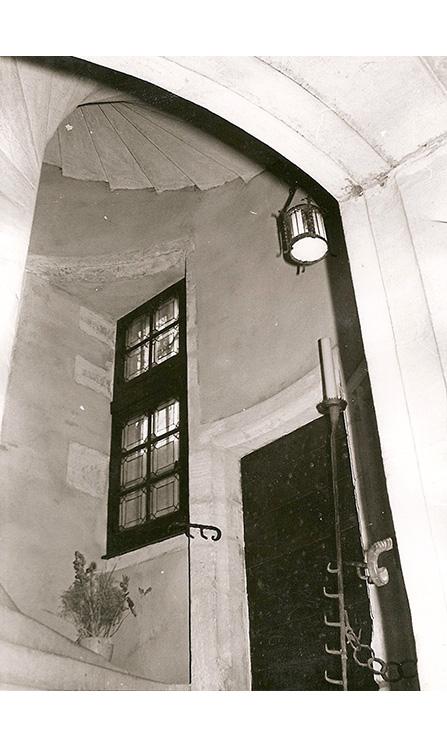 <p>Porte du bas de l'escalier ayant servi d'entrée de la maison.</p>