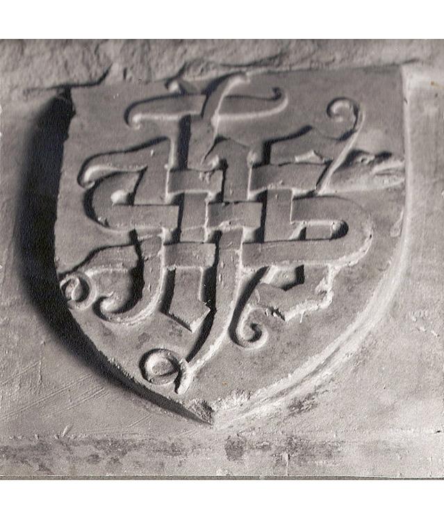 <p>Un des écussons des cheminées détruites au XVIIIème siècle avec le monogramme du Christ composé des premières lettres des mots grecs : Iesous Christos Théou Uios Soter (Jésus Christ fils de Dieu Sauveur). Les initiales réunies forment aussi le mot grec : ikhthus (poisson). Au monogramme est associé une curieuse tête de serpent (?) et une crosse.<!--EndFragment--> </p>