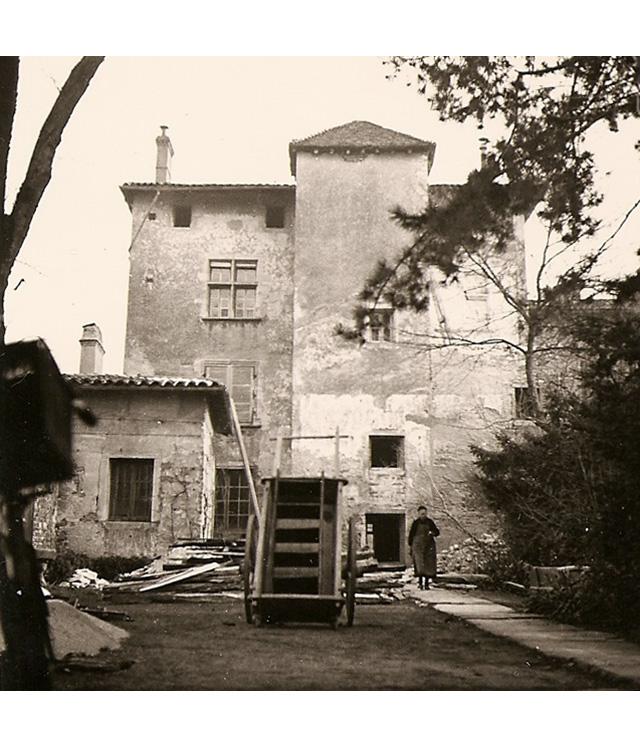 <p>La façade Est sur la cour avec le chemin dallé en pierre devant la tour.</p>