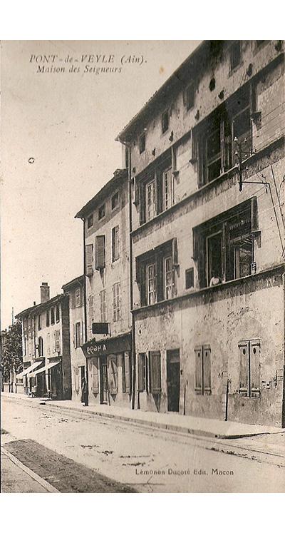 <p>La facade Ouest sur la grande rue sans ses meneaux détruits au XVIIIème siècle dans un souci de modernisation et sans sa toiture ancienne très élevée également détruite.</p>