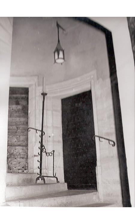 <p>Porte à côté de celle de l'entrée de la maison donnant sur une grande salle du rez- de- chaussée.</p>