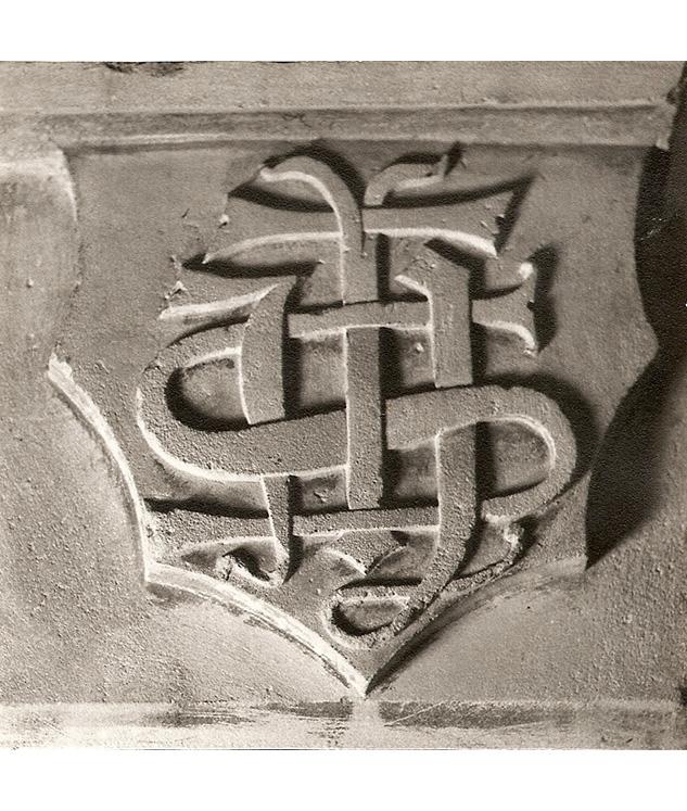 <p>Autre écusson de cheminée avec le seul monogramme du Christ.</p>