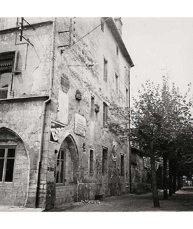 <p>La façade Nord sur la place du marché.</p>